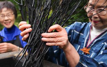 職人が手掛ける竹の枝炭を使用