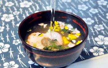 お湯を注げば、溢れる具材。好奇心くすぐられ、自然と笑顔になれるお味噌汁です。