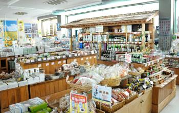 津南観光物産館には町の特産品が数多く並ぶ