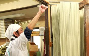 乾麺製造30年以上の職人が品質管理を行う