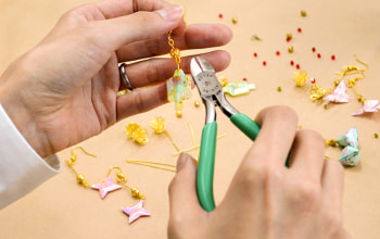 手作業で作られる折り紙アクセサリー