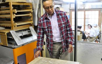7代目社長の市川匡さん。一つ一つ手作業にこだわり、伝統の味を守っています。