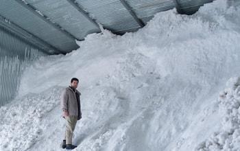 雪室に詰め込まれた約700トンの雪と北本社長
