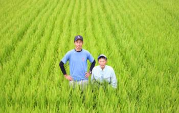 契約農家の青木拓也さんと祖父