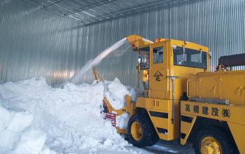 除雪車で雪を詰め込みます