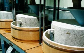 収穫した蕎麦は、石臼で丁寧に自家製粉している