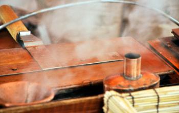 焼き器からは蒸気が吹き上がる。これが名前の由来とも言われる。
