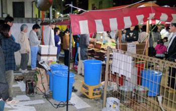新潟では夏のお祭り屋台の大定番。店舗の裏まで行列が続く。