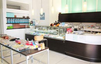 明るく広々とした店内には作りたてのお菓子が綺麗に並べられている。