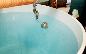 きれいな仕込み水は青く澄んでいる