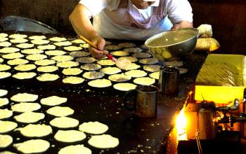 小麦粉と米粉を混ぜた生地に大豆をのせて焼く