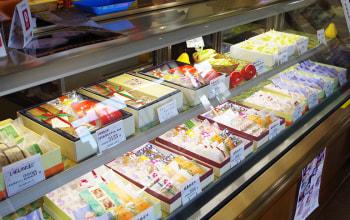 ショーケースには自慢の和菓子・洋菓子が並ぶ