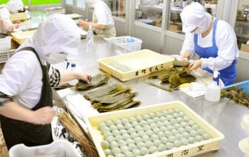 本社工場内。こちらの作業場では笹団子を一つ一つ手包みで