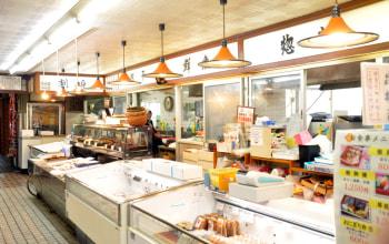 店舗内。鮭・タラ・真鯛の焼き漬や味噌漬、西京漬等を筆頭として、各鮮魚品が並ぶ