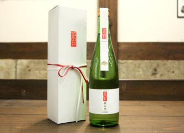 洗練されたデザインのボトルと化粧箱