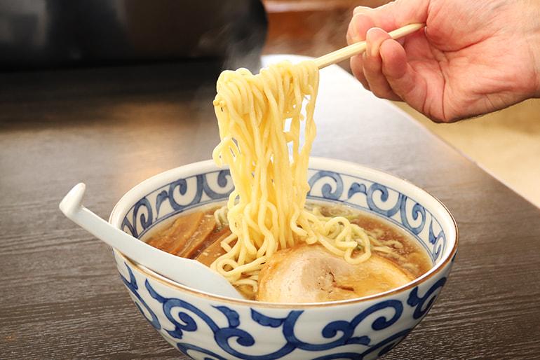 上越ラーメン(豚ガラ醤油スープ・具材付) – ラーメンハウスあおき