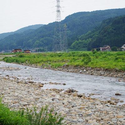 能生川から流れる用水は夏でも冷たい雪解け水