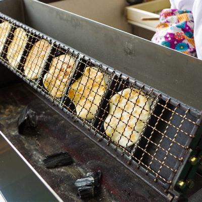 原料から手作りした炭焼きせんべい