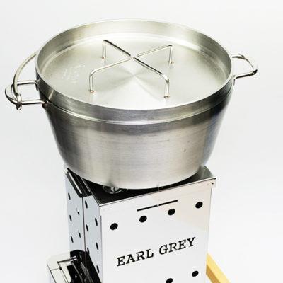 焚火台ユニットには大きめのダッチオーブンも置けます