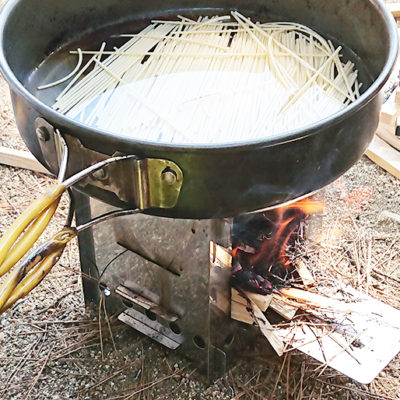 頑丈な構造で大きな鍋もしっかり支えます