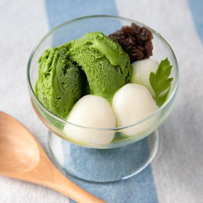 抹茶アイスに白玉をオン!ミニパフェ感覚で食べられます
