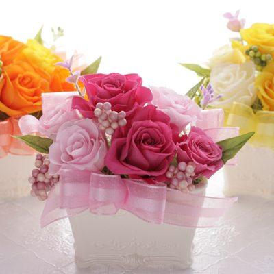 お花を引き立てるリボン付きのデザイン