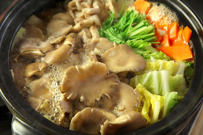 美味しいダシを味わうなら「きのこ鍋」!