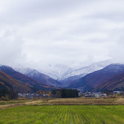 紅葉の時期には降雪しているほど高い越後山脈の恵み