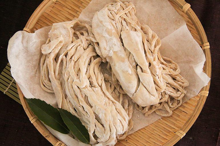 薄く黒みがかった独特の生麺