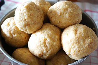 4.大豆と「塩きり糀」を混ぜ、ボール状にまとめる