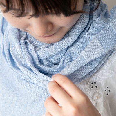 「シルク(絹)」と「コットン(綿)」で編み込んだニットストール