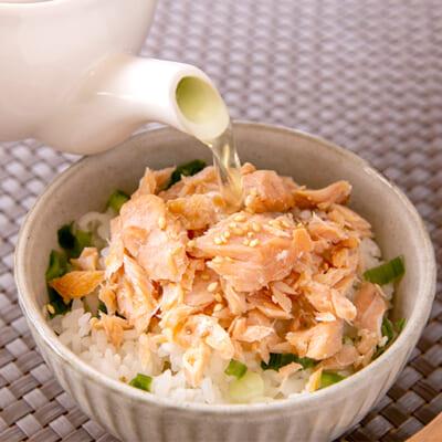 白いご飯に盛って日本茶を注ぐと「鮭茶漬け」の完成