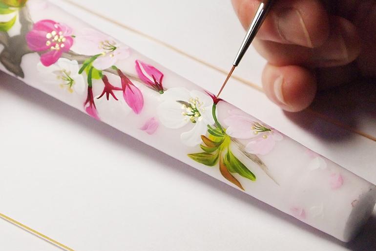 ベテラン絵師が丁寧に1本ずつ手描きします
