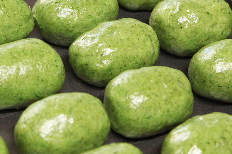 1.こだわりの原料と製法から生まれるモチモチ食感