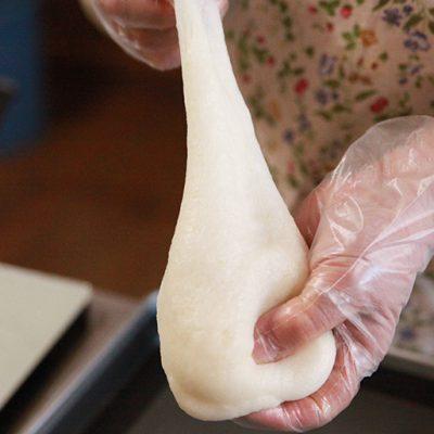 やわらかく、粘り強い生地は自ら生産したモチ米を使用