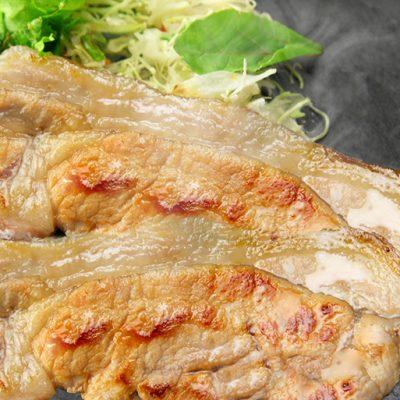 黒豚ロースはそれぞれ味噌・塩麹で漬けこまれており、奥深い味わいに