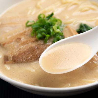 味わい深くまろやかな焼きアゴ・豚骨のダブルスープ