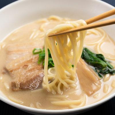 なめらかで弾力のあるストレート太麺