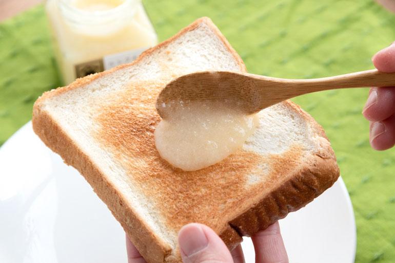 「ル レクチエと佐渡バター」をトーストに塗って
