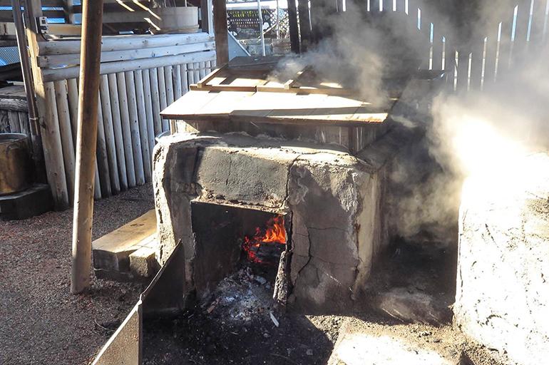 平釜で煮出し、じっくり結晶化する塩