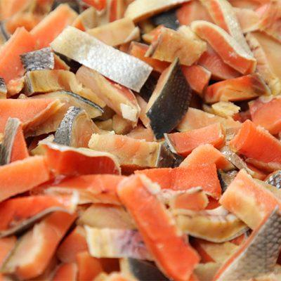 脂ののった、鮮やかな身の紅鮭を使用