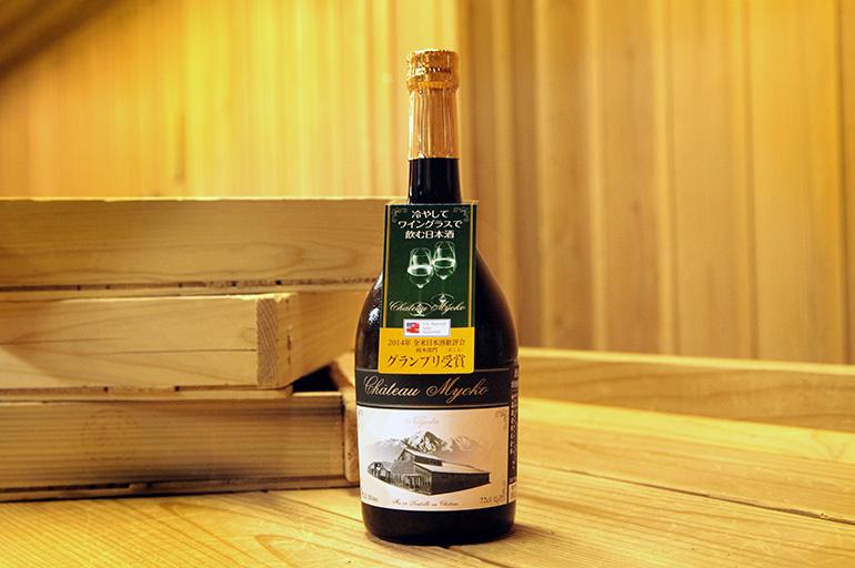 ワイングラスでオシャレに楽しむ日本酒