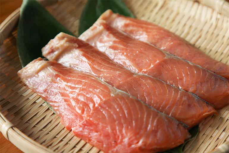 長岡市定番の贈り物「生サーモンの味噌漬け」
