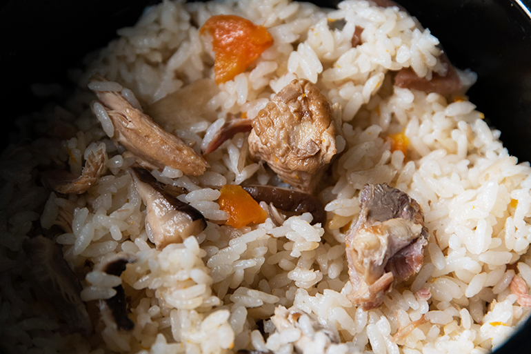 新潟県の地鶏をふんだんに使った炊き込みご飯