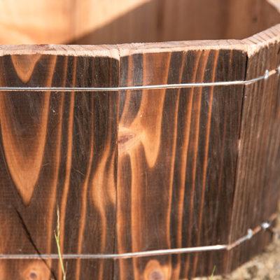 高い耐久性を誇る焼杉を使用