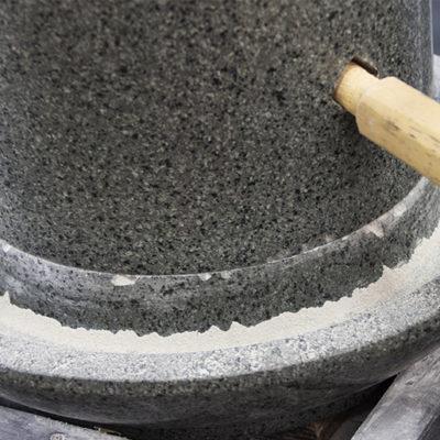 豊かな風味を生み出す石臼挽き