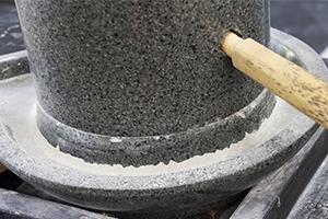 2.豊かな風味を生み出す石臼挽き