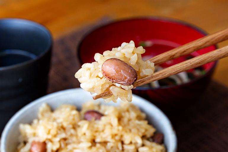 艶やかなもち米に香ばしい醤油の香りがそそる味
