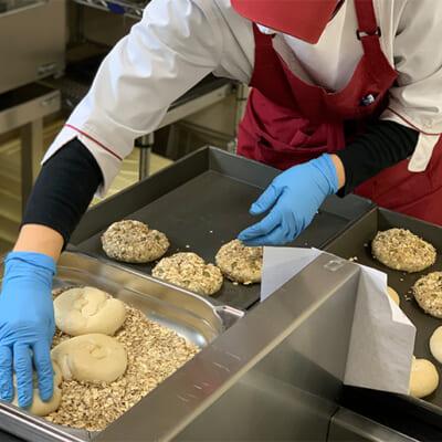 天然酵母で独特の味わいと食感を生み出す