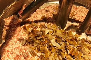 2.豚バラ肉とひき肉をミックス